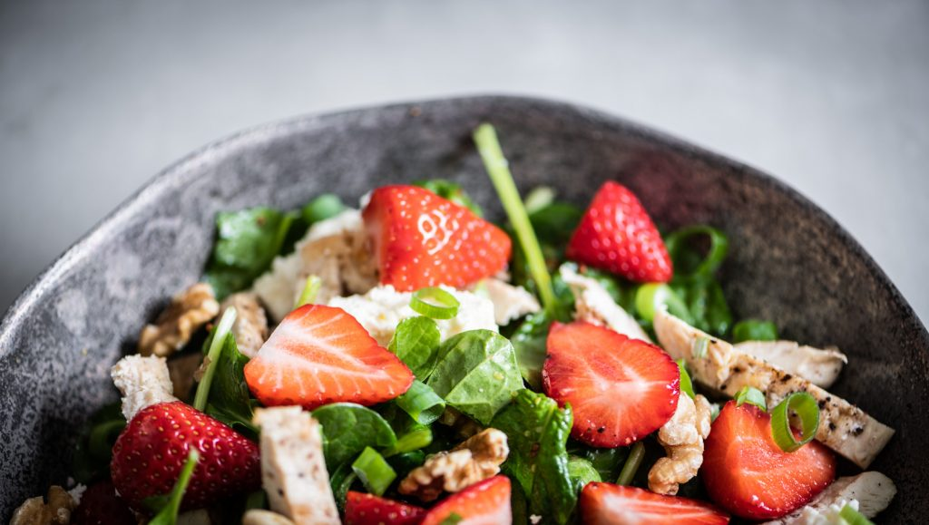 aardbei salade met gegrilde kipfilet