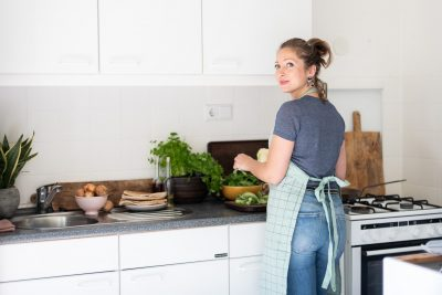 Jennifer in de oude keuken