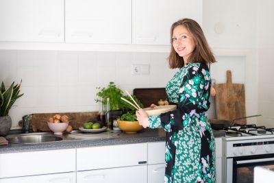 Jennifer maakt salade in de oude keuken