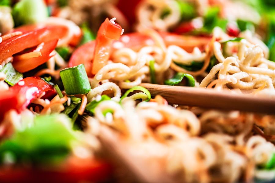 volkoren noodles met gewokte groenten