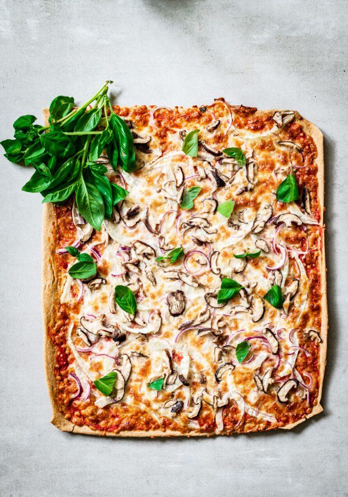 volkoren plaatpizza met venkel en kastanje champignons