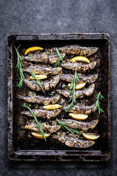 Sardines op de bakplaat nadat ze uit de oven komen