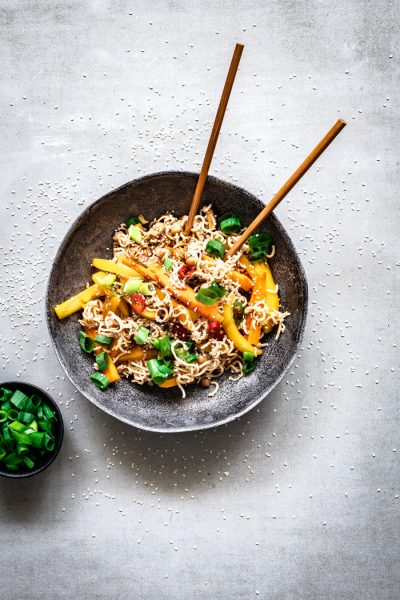 volkoren noodles met shiitake, paprika, wortel en bosui