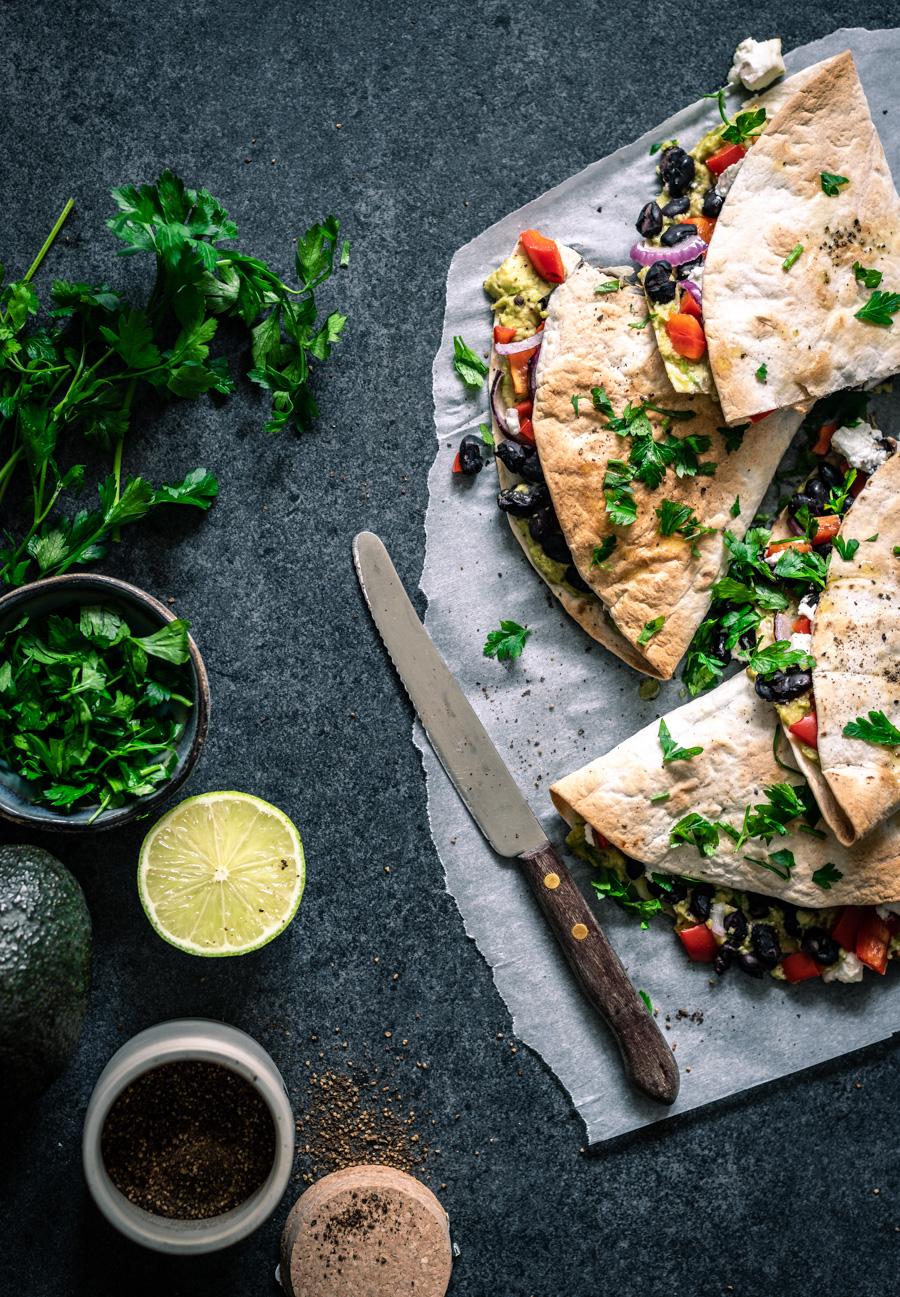 quesadilla's met avocado, zwarte bonen en geitenkaas