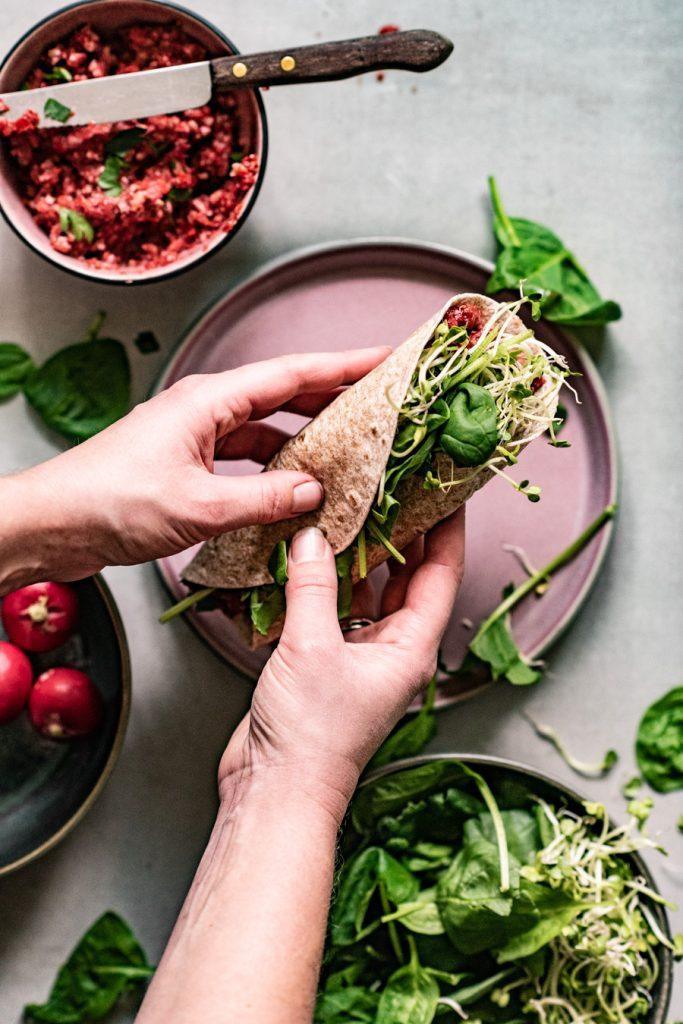 lunchwrap met muhamarra spinazie radijs en avocado