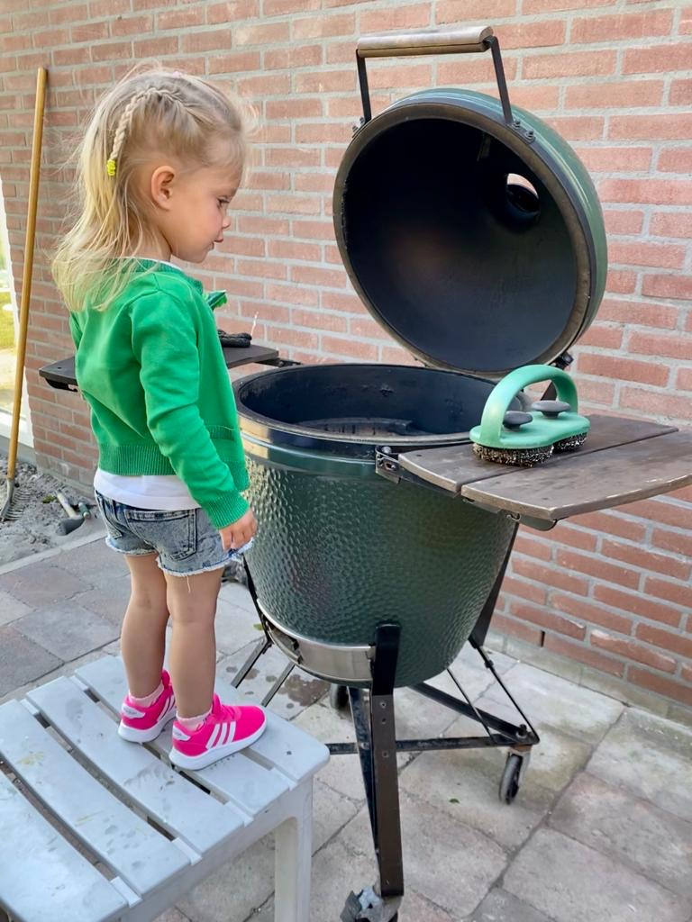 Ella bij de Big Green Egg