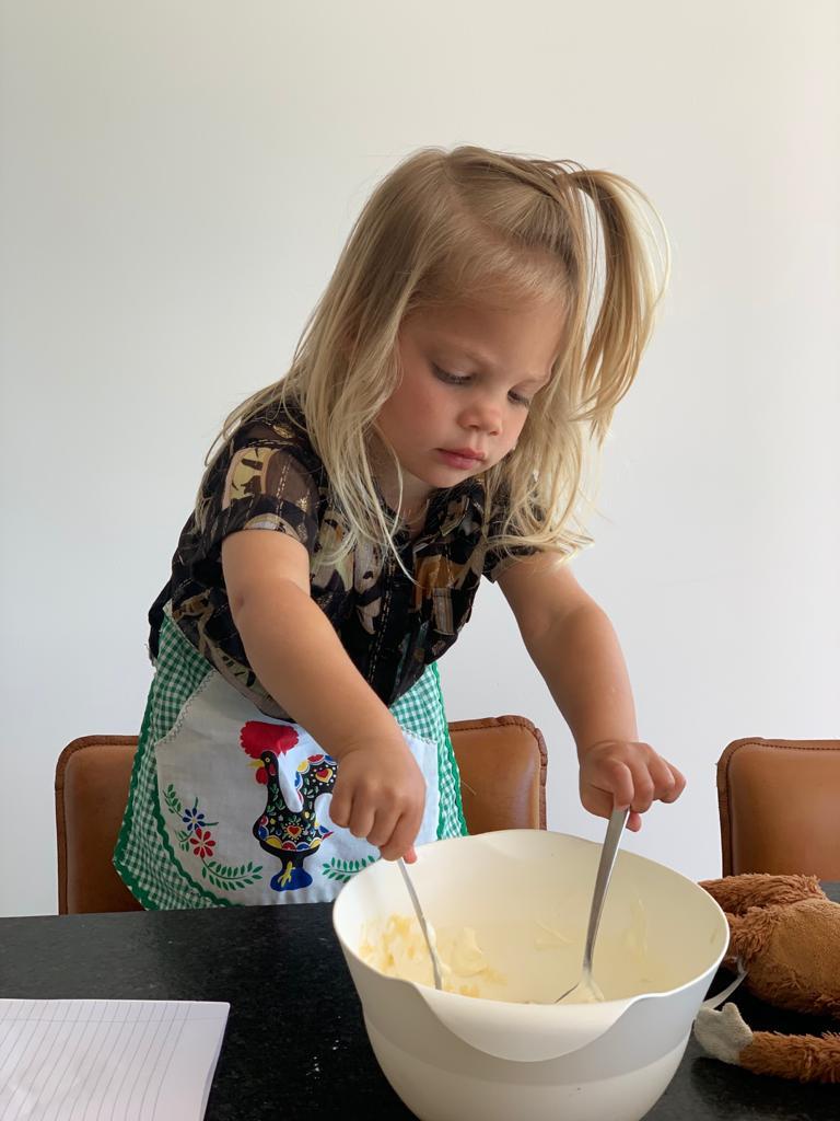 Ella bakt aardbeiencake