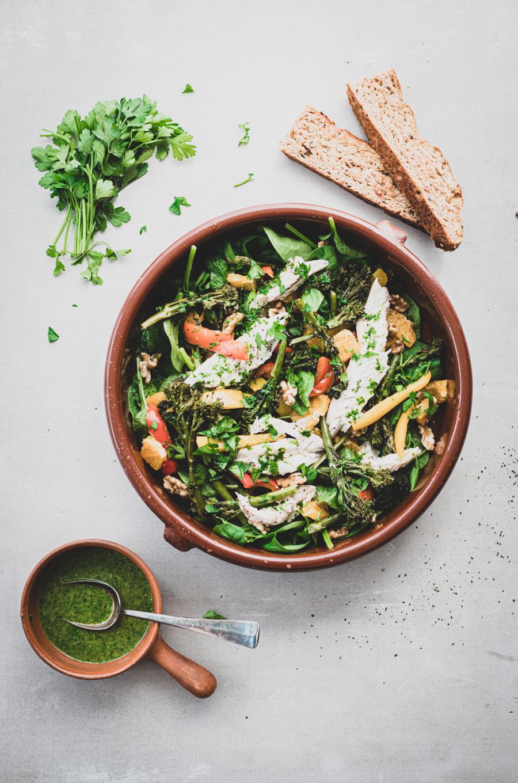 Mediterraanse salade met zeebaars