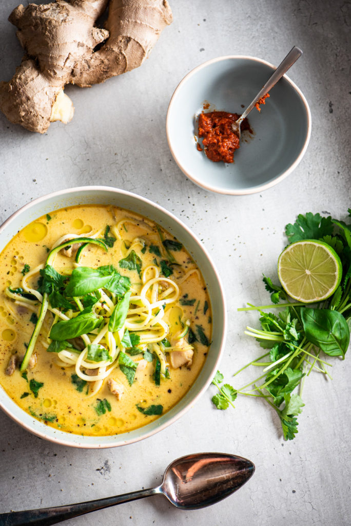 kip kokos soep met noedels van courgette