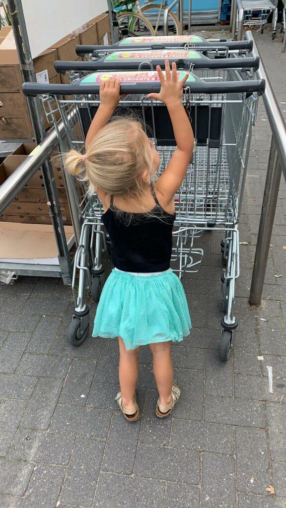 Ella helpt met boodschappen doen